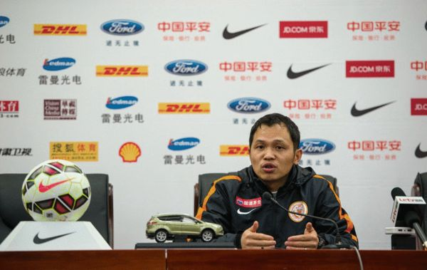 贵州人和队主教练朱炯在发布会上
