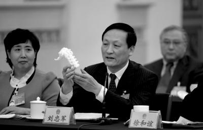 刘忠军展示3D打印脊椎。