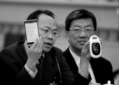 程京展示电子健康仪器。京华时报记者潘之望摄