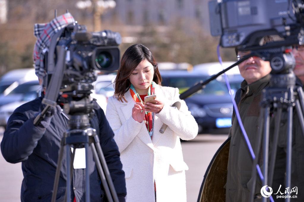 2015两会:美女记者两会采访中的真汉子组图
