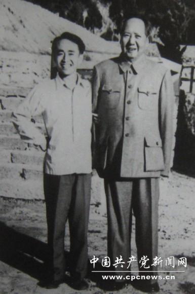 1961年,吕厚民与毛主席在庐山合影。