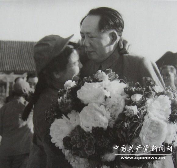 1952年5月,毛主席接见志愿军文艺工作者。当时,毛岸英在朝鲜战场牺牲不久,毛主席心里很悲痛,这是毛主席很少有的悲伤的镜头。