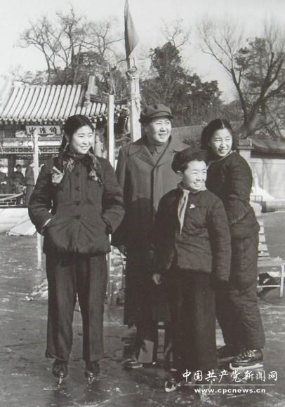 1953年,吕厚民为毛主席和李敏、李纳、毛远新在溜冰场上拍摄的一张照片。