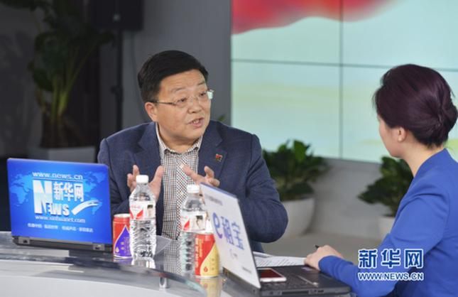 2015年3月9日,全国人大代表,江苏康缘集团有限责任公司董事长肖伟做客新华网访谈间,谈医药企业改革与创新。图为肖伟在访谈现场。 新华网 应康伟摄