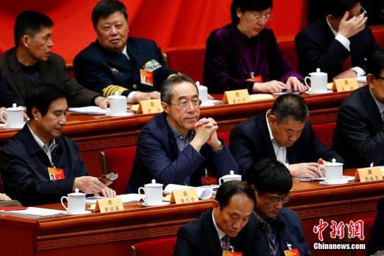 3月9日下午,全国政协十二届三次会议在北京人民大会堂举行第二次全体会议,16位委员围绕经济建设和生态文明建设主题作大会发言。全国政协常委唐英年参加会议。中新社发 富田 摄