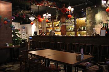 (图为:松果酒吧欧式复古的装修风格)图片