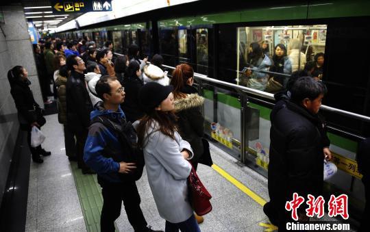 上海地铁2号线发生供电设备故障后,2号线张江高科地铁站附近救护车整装待发。 庄谦汉 摄