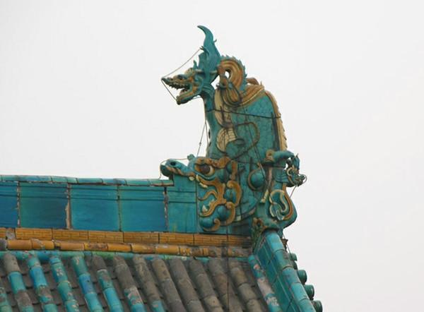 鱼尾的形状像鸱,拍打海浪就能下雨,把这种动物放在屋顶上,可以起到镇