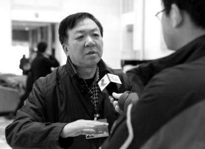 全国政协委员、中国民主建国会中央委员会委员、中国作家协会会员何香久今年提交了10多个提案。3月9日,何香久在接受华商报记者采访时说,他的提案主要关注三个方向,民生、社会发展和进步、文化。