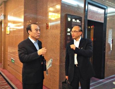 昨天,深圳市人大常委会主任白天在电梯口与深圳市长许勤继续讨论会上的话题。谷岳飞 摄