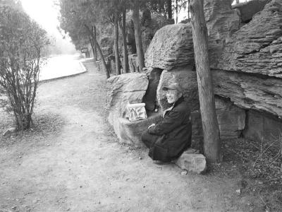 景区游玩偶遇作画老人
