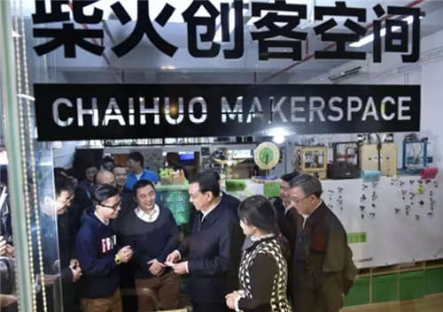 2015年1月4日,李克强在考察深圳柴火创客空间(中新社记者 刘震 摄