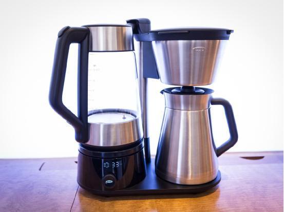 这款咖啡机的独特之处在于集成了磨豆机,同时超大容量可一次烹制12杯咖啡,就像它的名字那样。设计师还采用了不锈钢材质机身,并声称其研磨噪音非常小。这款咖啡机的售价为200美元。