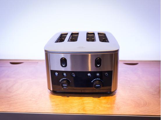 """这款烤面包机同样出自Oxo公司,除了延续系列的金属设计语言风格之外,还能够一次烤制四片面包,独特的功能则在于""""Take-A-Peek""""(偷偷看一眼),能够有效防止面包烤糊。它的价格为160美元(约合人民币1002元),另外还拥有更便宜的两片式机型。"""