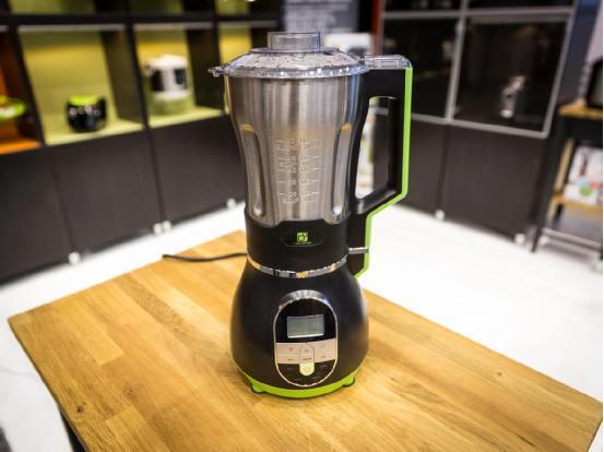 这款3 Squares Soup3rb料理机的特色在于不仅可以搅拌食物,本身还具有加热功能,其功率达到800瓦,完全可以直接煮汤,非常方便。另外,150美元(约合人民币940元)的价格也不算昂贵。