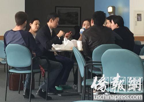 粱志毅和妊妇及家眷在法院餐馆一同用餐。(美国《侨报》/高睿 摄)