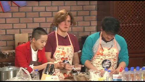 华健粑粑与儿子一起包饺子