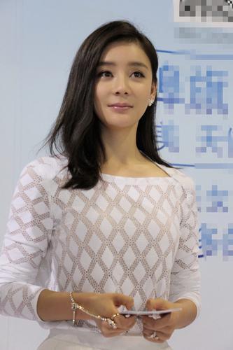 袁姗姗出席某品牌见面活动