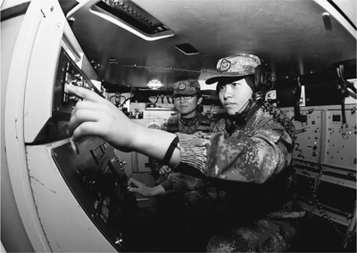 女兵们在发射车内一丝不苟地训练。