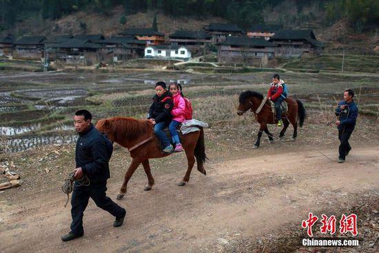 """3月10日, 孩子们骑马经过一个叫""""龙颈坳""""的地方,只要走这条捷径,可节省约600米路程。经此地,上学可骑马,放学需走路。刘教清 摄 CFP视觉中国"""