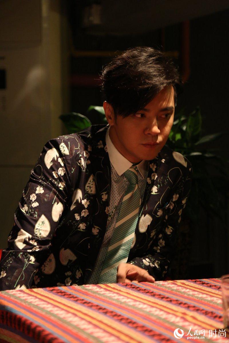 """男星的战争近来蔓延至时尚秀场,即将于本月下旬开幕的中国国际时装周成为他们绝佳的比拼时间,各位男神、大咖纷纷酝酿要上头条。刷颜值、秀腹肌等诸多手段层出不穷,而近年来颇为活跃的""""小猪""""罗志祥已经曝出消息,他将与代言品牌时尚新商务男装与狼共舞携手拍摄一部以爱情为主题的""""微电影""""为新时尚加分。"""