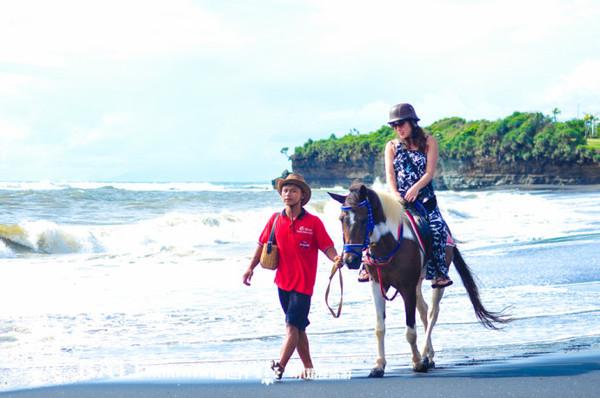 巴厘岛特别体验就是在黑沙滩骑马,黑沙滩位于一座偏僻的海湾内,黑