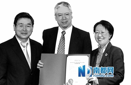 刘仲明先生与市议员顾雅明、市议员陈情雯合照。