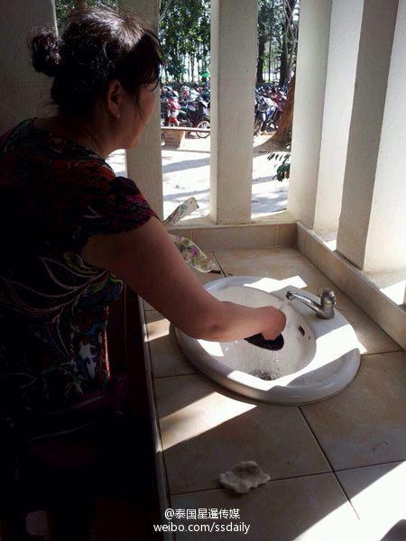 泰媒曝中国女游客在泰国卫生间洗手台洗脚(图)