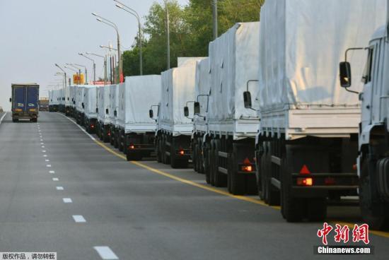 资料图:当地时间2014年8月12日,由280辆卡车组成的俄罗斯人道主义援助车队从莫斯科启程。