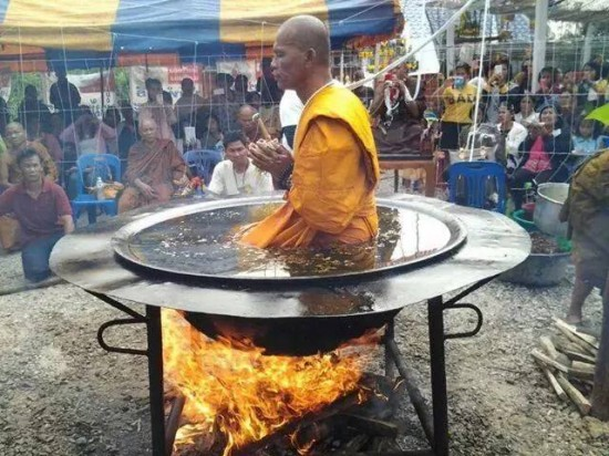 Nong Bua Lam Phu Thailand  city pictures gallery : 泰国僧侣热油锅上打坐惊呆众人视频蹿红网络