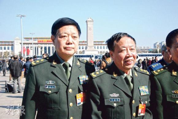 张震上将的前秘书邓天生中将(左)被记者问及张震现况