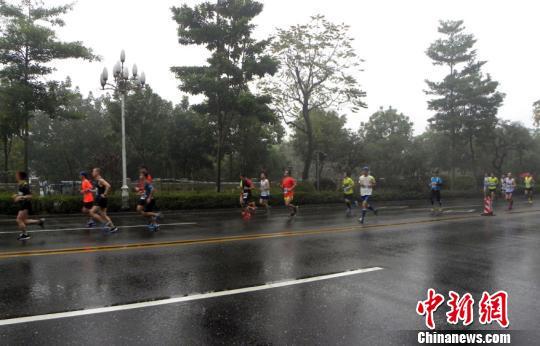 参赛选手雨中角逐 承孟华 摄