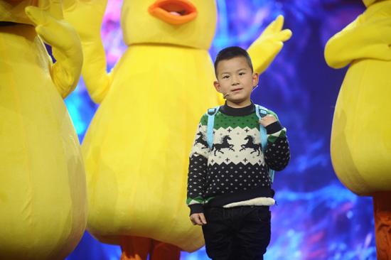 五岁少年将家庭的责任扛在肩上