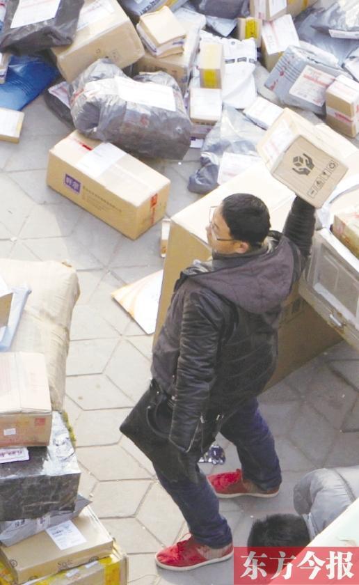 3月6日,记者拍摄到的野蛮装卸的快递员