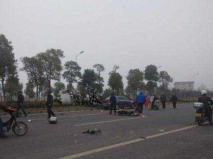 南通如东大雾轿车与摩托车相撞