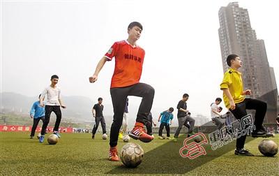 体育老师自编教材 足球课成了孩子的狂欢节