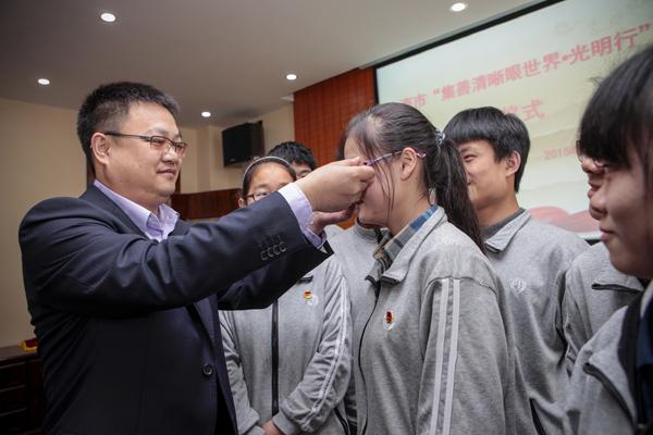 专家向上海市聋哑青年技术学校介绍护目镜原理和使用方法(邵竞摄)