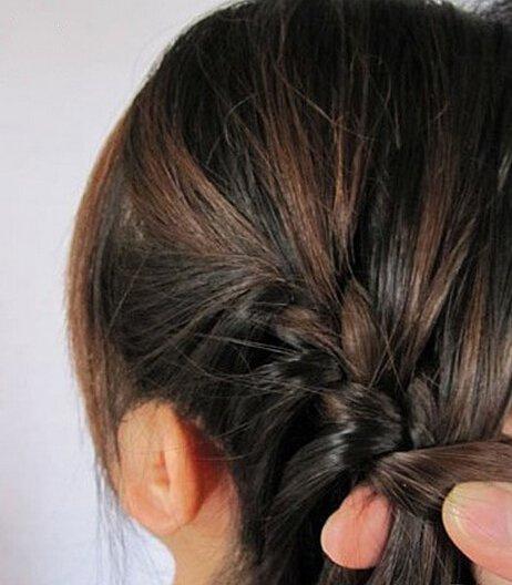 这张图片就是开始将分出的三份头发编成蝎子辫.图片