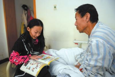 小菁媛坐在父�H病床��亓�英�Z。京�A�r�笥�者�T青�z
