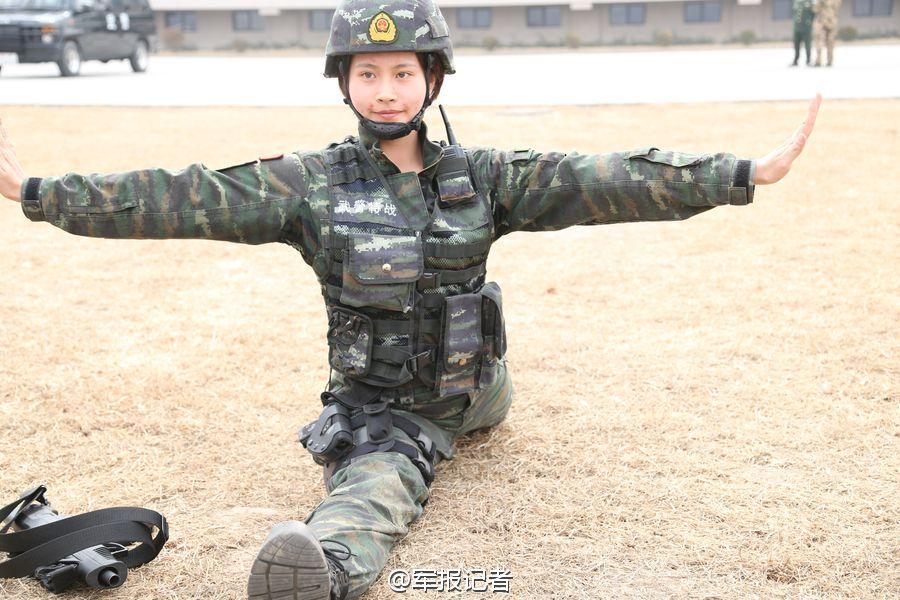 @军报记者:鹰为地面霸主,形象机警、英勇、尖锐。猎鹰突击队是武警总部间接指导和批示的一支国度反恐力气。这此中的男子特警队,以其特有仔细、灵敏,在反恐疆场上施展了紧张效果。下面这名女队员叫盛雪,不只颜值爆表,还能轻松一字马!佩服!(冯焕娣、金虎)