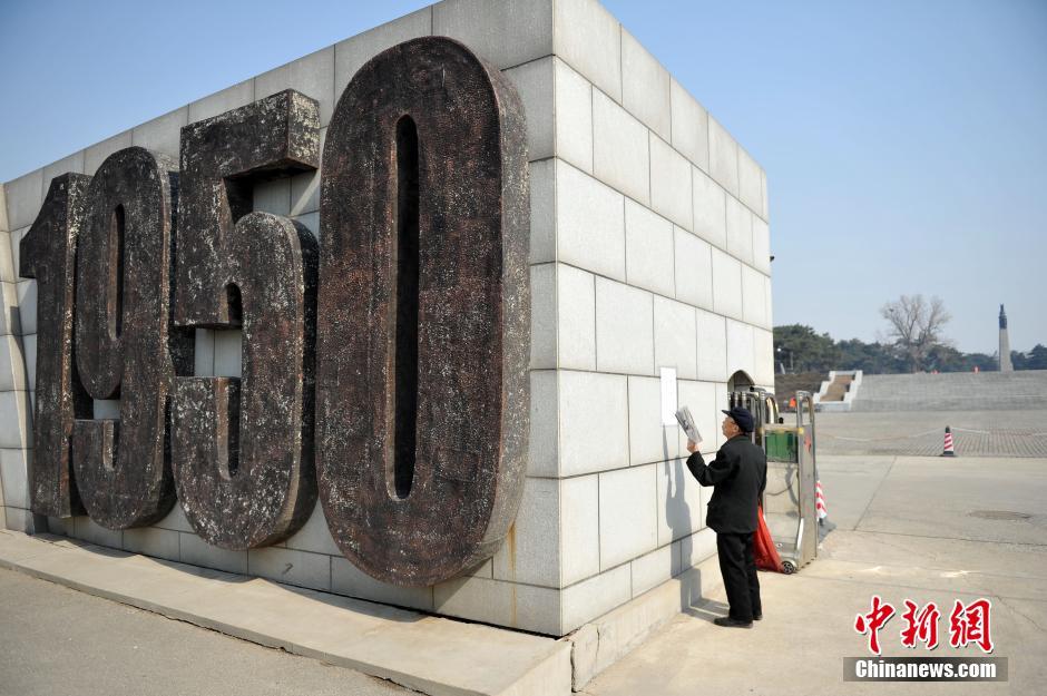 沈阳/3月20日,沈阳抗美援朝烈士陵园大门口,一位前来祭奠的市民在...