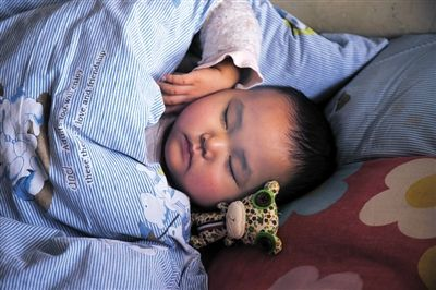 在病院的病房里,周宇航恬静地睡着了,身旁放着另外一名小伴侣送给他的玩偶,这是他最喜爱的玩物。