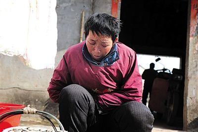 刘天芳忍着阵阵疼痛做家务,为了省钱给孙子治病,她不违心听大夫的话吃止疼药。