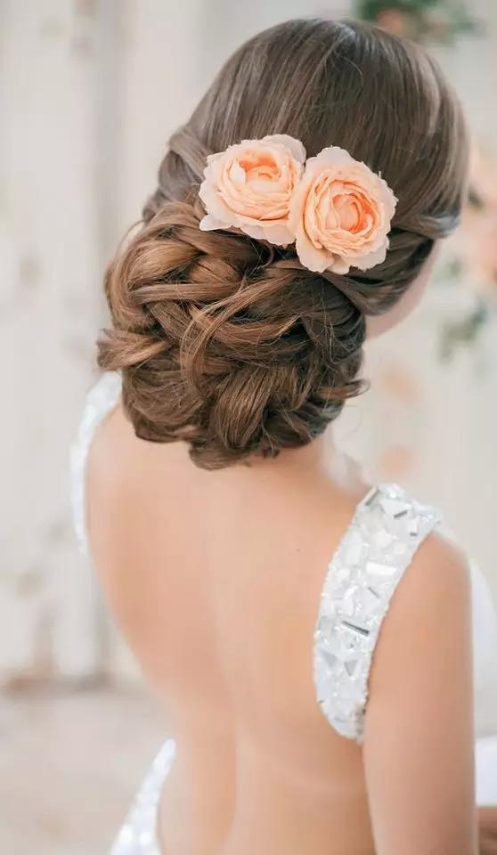 也让复古发型热度升温,长发新娘可以用微卷或大波浪加编发,就可以在