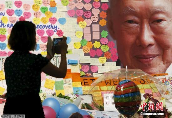 李光耀/当地3月23日,新加坡中央医院的祝福角,贴满了祝福李光耀的...