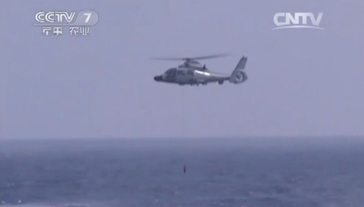 组图:直升机编队锁定水下潜艇 展开攻击