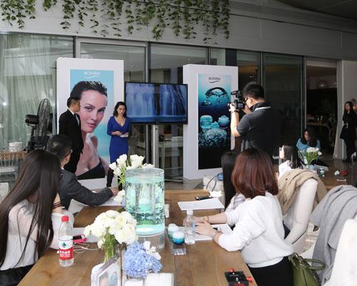 碧欧泉全球女士护肤市场总监Ingrid-Amsellem与媒体朋友分享碧欧泉全新活泉系列家族产品