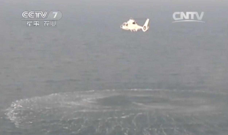 """组图:直升机编队锁定水下潜艇 展开""""攻击"""""""