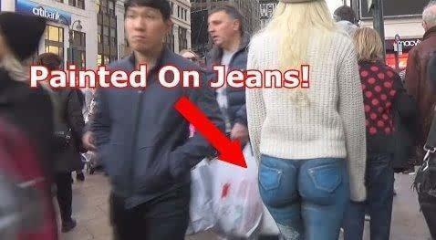 """""""穿着""""人体彩绘牛仔裤的女模特逛街"""