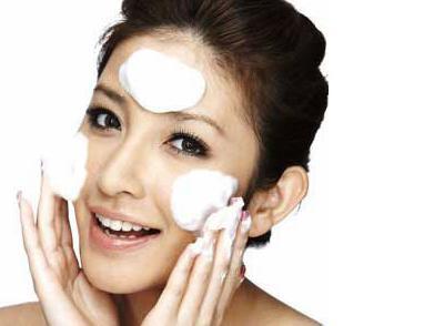 按照正确的卸妆步骤,彻底清洁彩妆残留